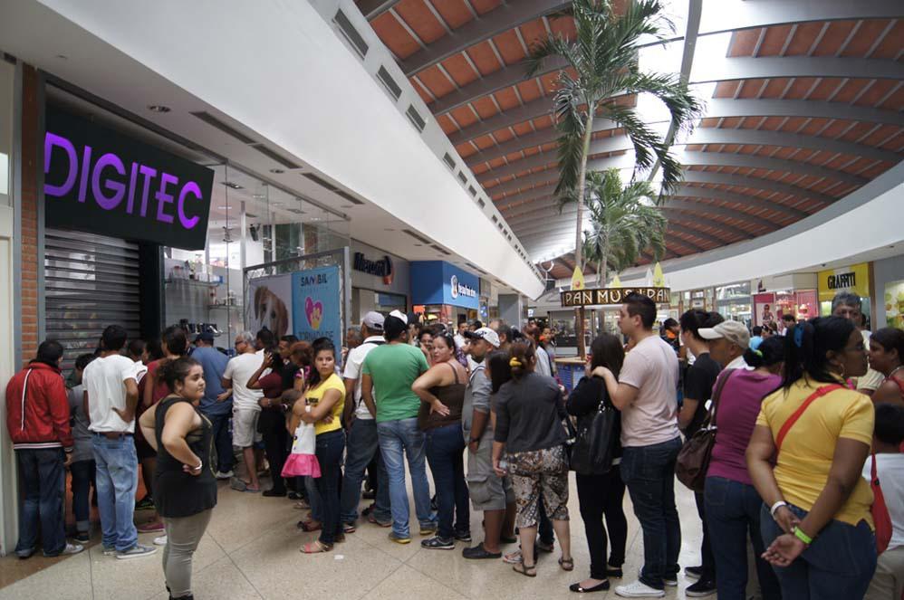 В магазинах Венесуэлы армия почти даром раздает товары для народа
