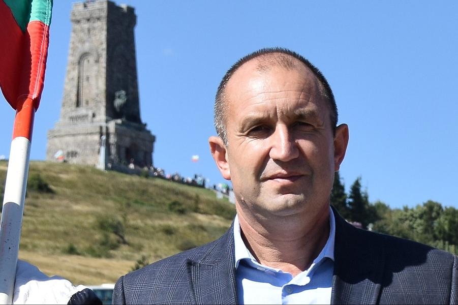 Румен Радеев у мемориала на Шипке.png