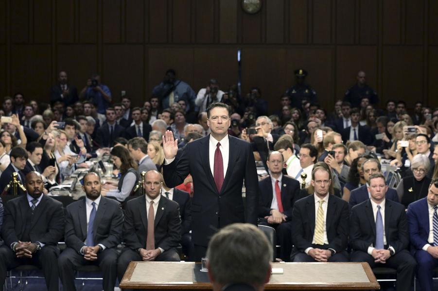 Бывший директор ФБР Коми присягает на слушаниях в Сенате 8.06.17.png