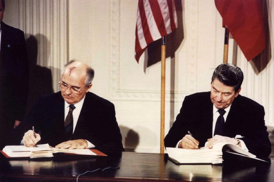 Горбачев и Рейган подписывают ДРСМД.png
