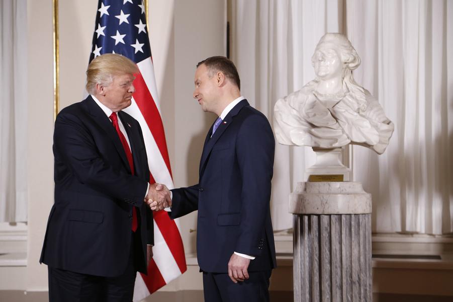 Президент Польши Дуда принимает Трампа.png