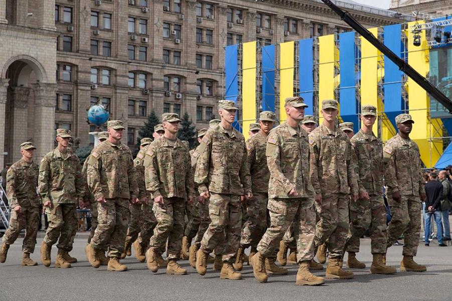 Американцы на параде в Киеве.png