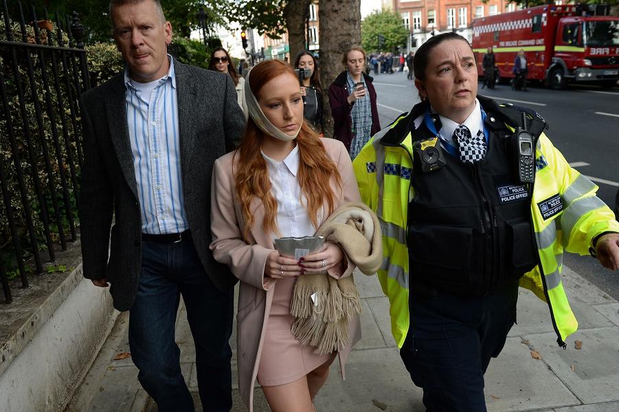 Полицейский сопровождает потерпевшего женщину со сцены на станции метро Parsons Green в Лондоне, 15.09.17. Крис Дж Ратклифф, Getty Images.png