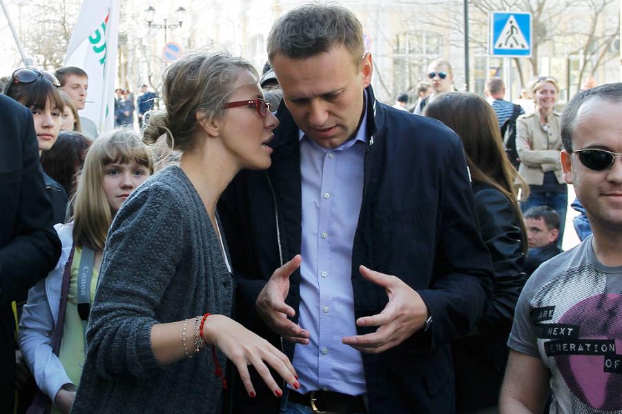 Навальный и Собчак на улице.png