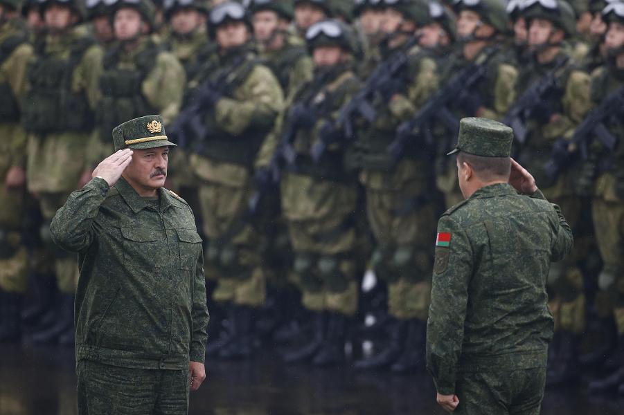 президент Лукашенко на учениях Запад-2017.png
