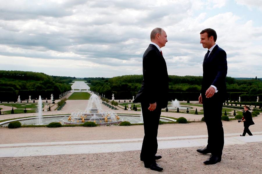 Макрон принимает Путина в Версале.png