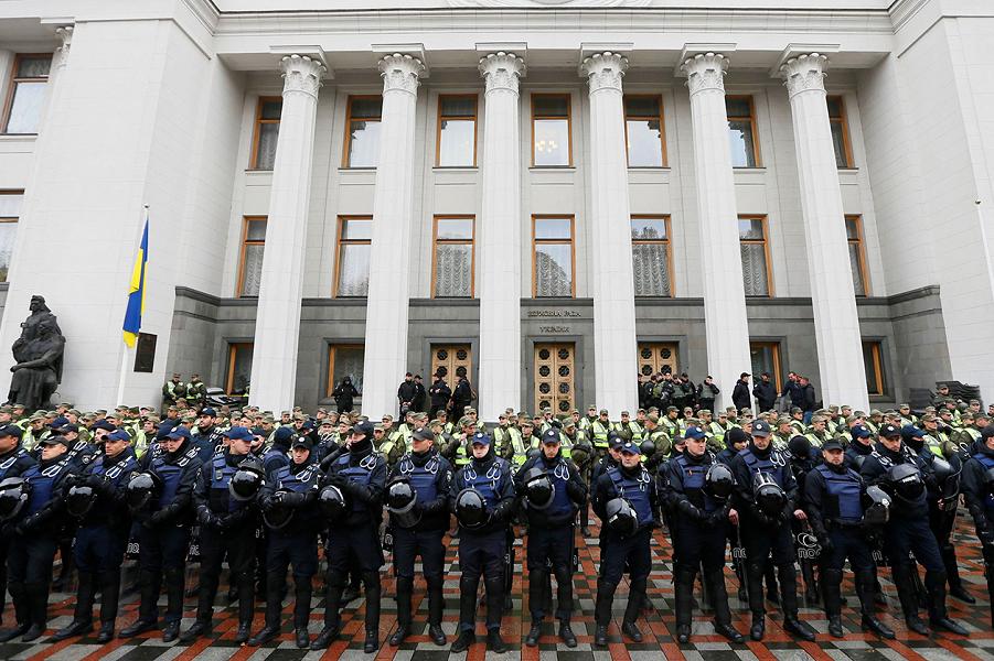 Силовики защищают Верзовную Раду во время акции Саакашвили 17.10.17.png