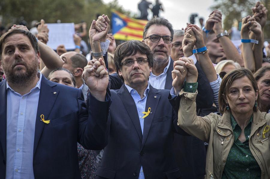 Президент Каталонской Республики Карлс Пучдемон, заместитель президента Ориол Юнкерас, и Карм Форкадел, спикер в каталонском парламенте во время акци…