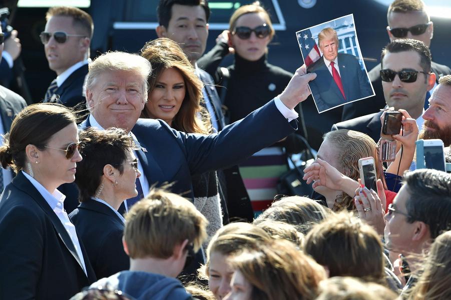 Трамп с супругой на военной базе Йокота в Японии, 5.11.17.png