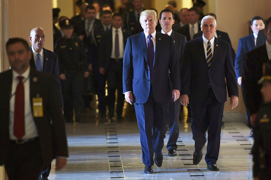 Трамп и Пенс покидают Капитлийский холм, 16.11.17.png