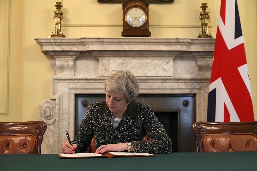 Тереза Мэй подписывает письмо в ЕС о Брекзите, 28.03.17.png