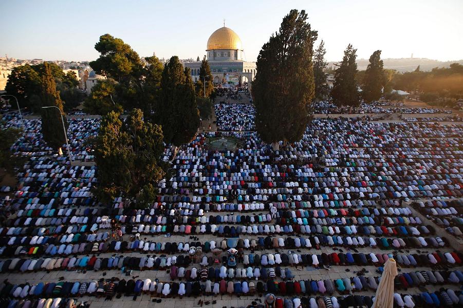 Палестинцы-мусульмане возле Купола Скалы в комплексе мечети Аль-Акса, 6.07.16.png