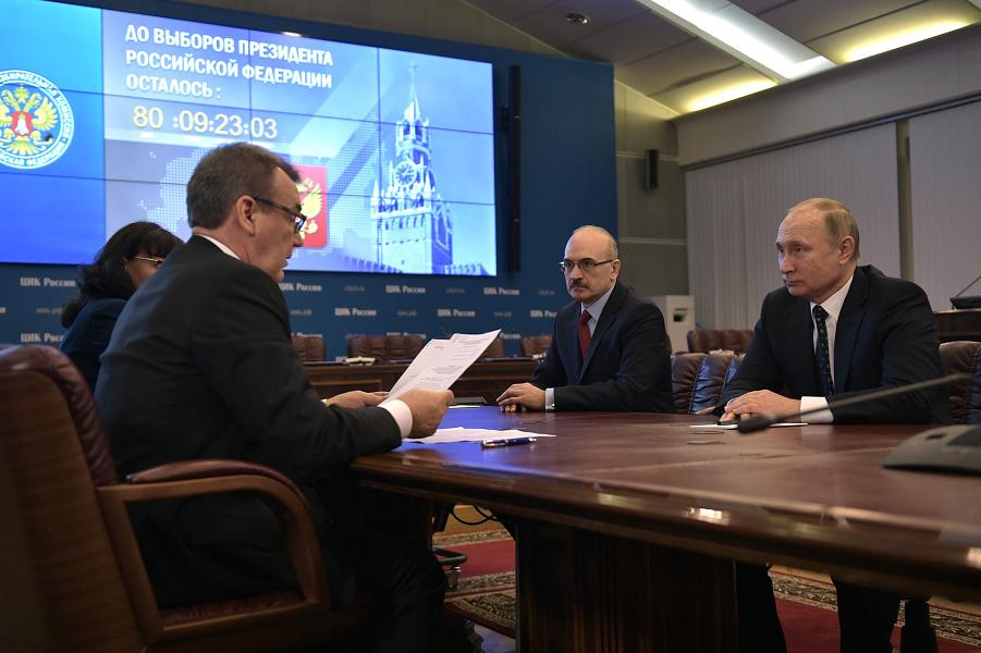 Самовыдвиженец Путин сдает документы в Центризбирком, 27.12.17.png