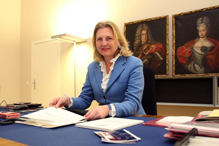 министр иностранных дел Австрии  Карин Кнайссль.png