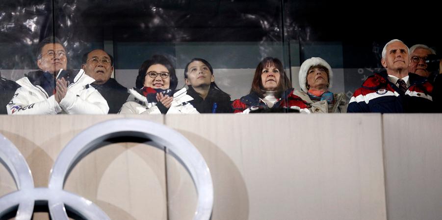 Сестра Ким Чен Ына в центре, слева президент  Кореи, справа вице-президент США Пенс.png
