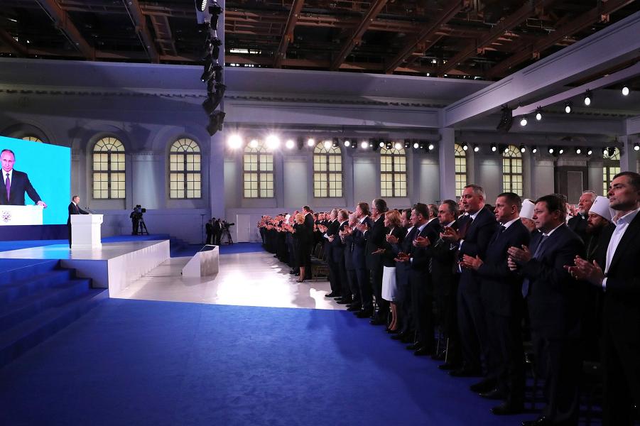 Зал аплодирует  Путину на Послании ФС, 1.03.18.png