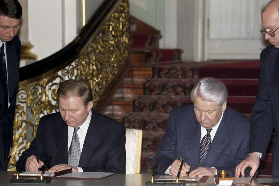 Кучма и Ельцин подписывают Договор о дружбе, 1997.png