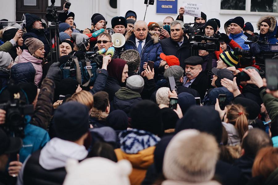 Сергей Цивилев на митинге у администрации Кемеровской области, 26.03.18.png