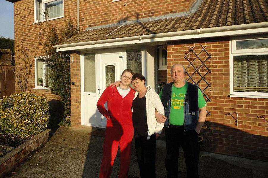 Семья Скрипалей рядом с домом в Британии.png