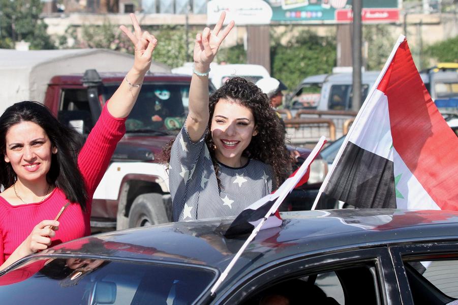 Сирийки демонстрируют поддержку правительству после ракетного удара США и союзников.png