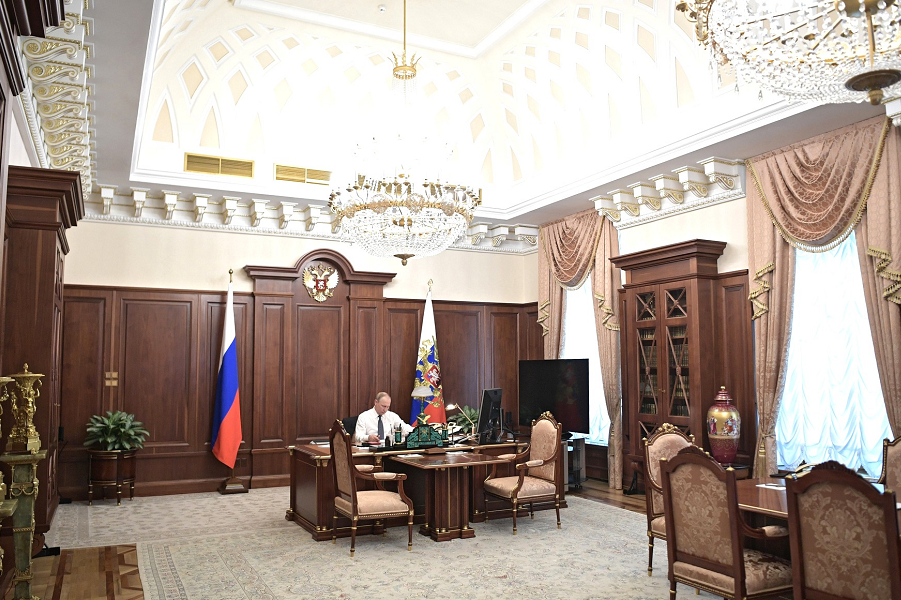 Владимир Путин в рабочем кабинете перед инаугурацией, 7.05.18.png