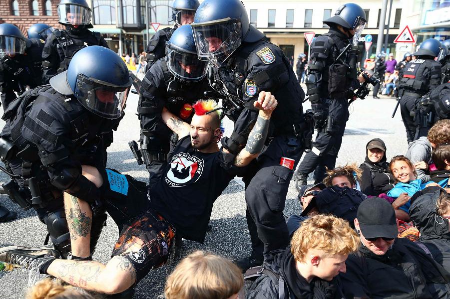 Полиция на уличной акции в Германии.png