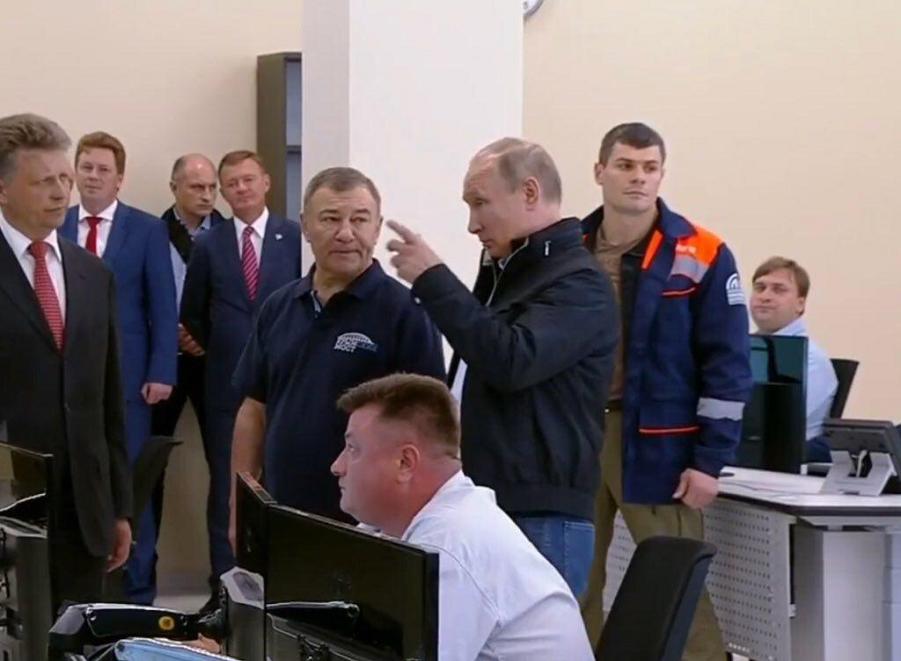 Путин и Ротенберг в центре управления строительством.png