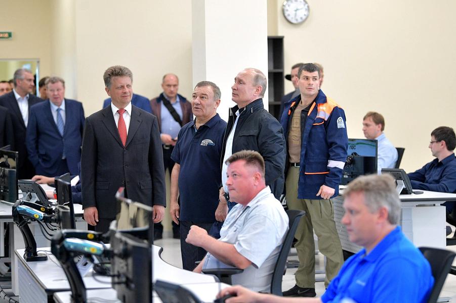 Путин и Ротенберг во время посещения Единого центра управления дорожным движением, 15.05.18.png