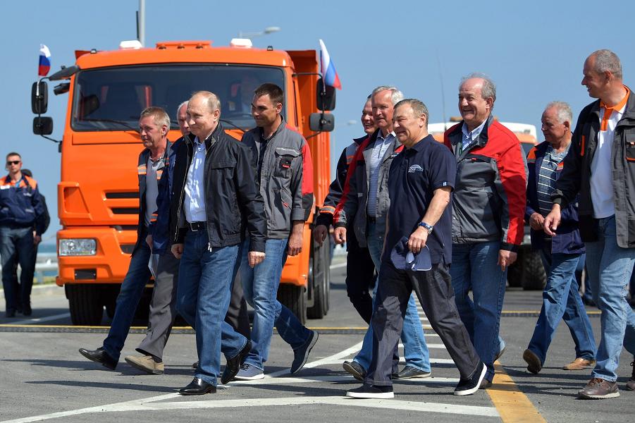 Путин доехал до митинг-концерта в Керчи, 15.05.18.png