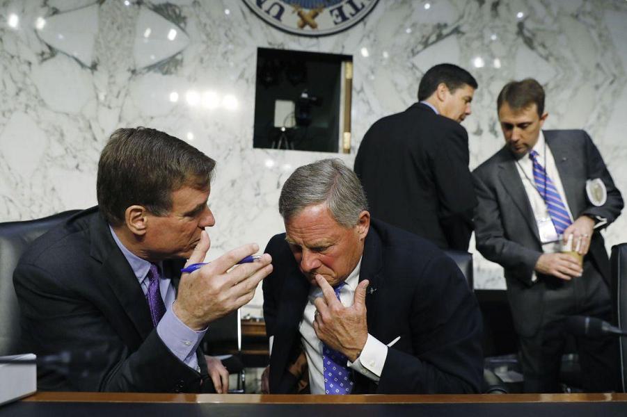 Сенаторы республиканец Ричард Берр и демократ Марк Уорнер.png