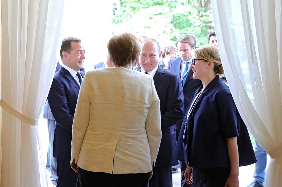 Путин, Меркель и Медведев, 18.05.18.png