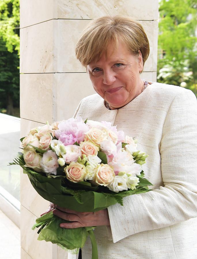 Меркель в Сочи с букетом от Путина, 18.05.18.png