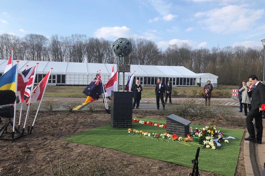 Эйндховен, открытие мемориала Связь, посвященного жертвам катастрофы самолета Boeing 777 авиакомпании Malaysia Airlines, март 2018.png