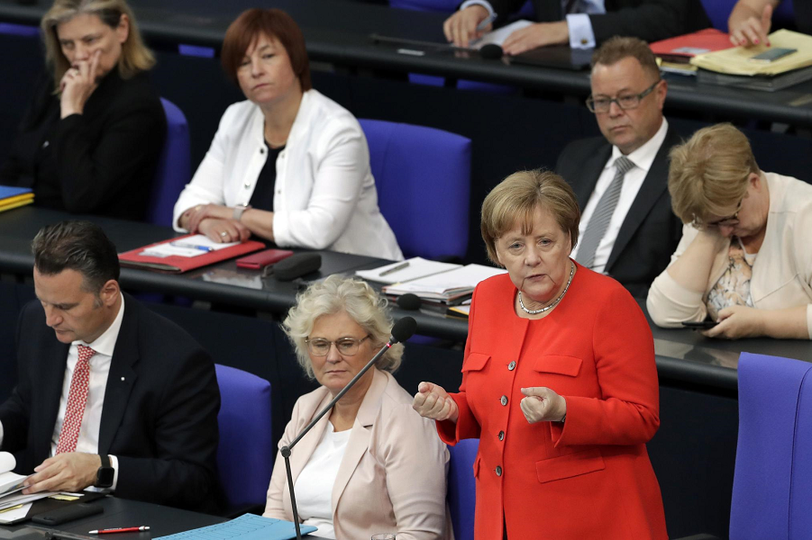 Меркель в своем парламенте, 6.06.18.png