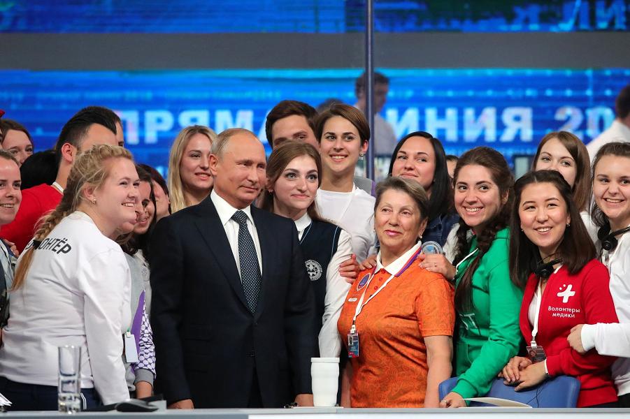 Путин с волонтерами Прямой линии, 7.06.18.png