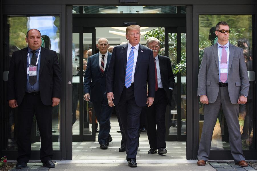 Трамп покидает G-7 после пресс-конференции вместе с Джоном Келли и Джоном Болтоном, 9.06.18.png