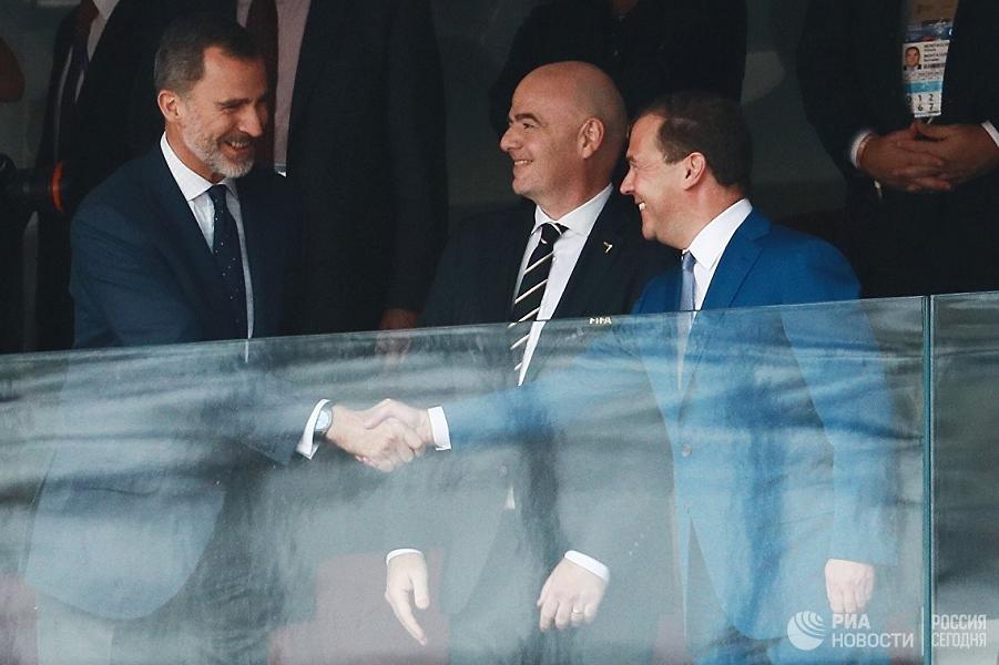 Медведев на матче Испания-Россия с королем Испании.png