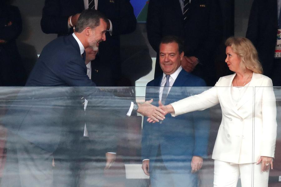 Премьер Медведев, его супруга Светлана и король Испании Филипп VI, 1.07.18.png