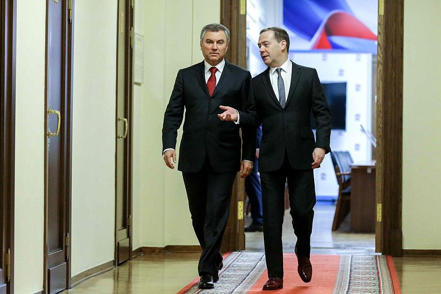 Володин и Медведев в кулуарах.png