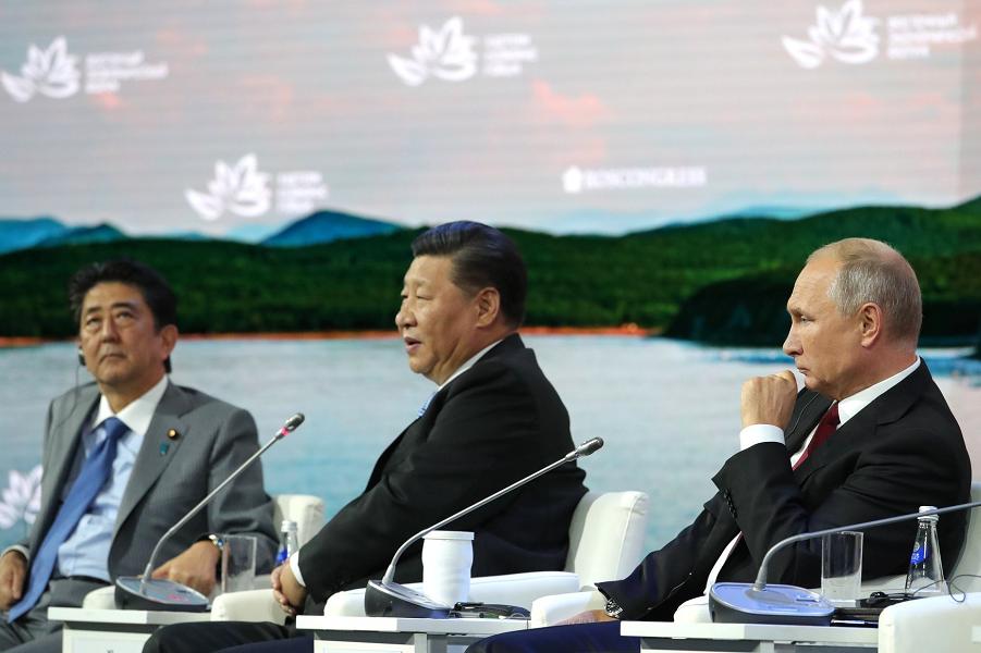 Абэ, Си и Путин на пленарном заседании Восточного экономического форума 12.09.18.png