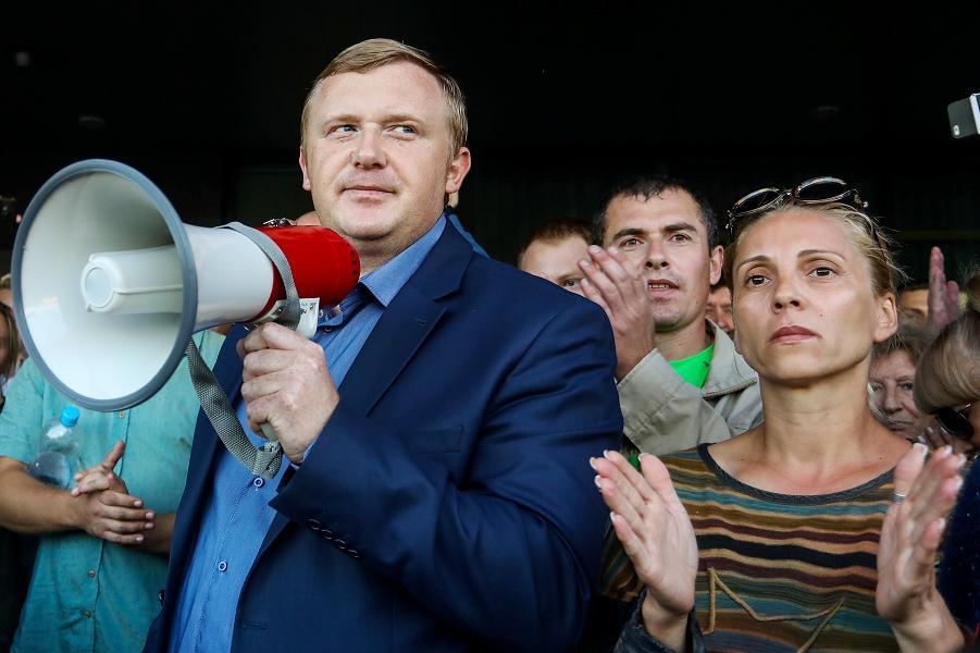 выборы в Приморье, Ищенко с мегафоном.png