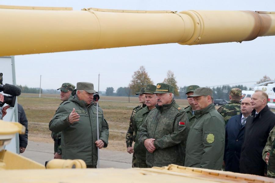 Президент Лукашенко осматривает новые образцы военной техники, 5.10.18.png