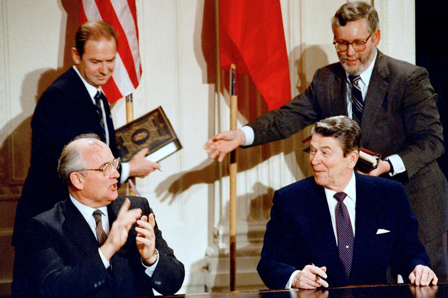 Горбачев и Рейган подписывают РСМД.png