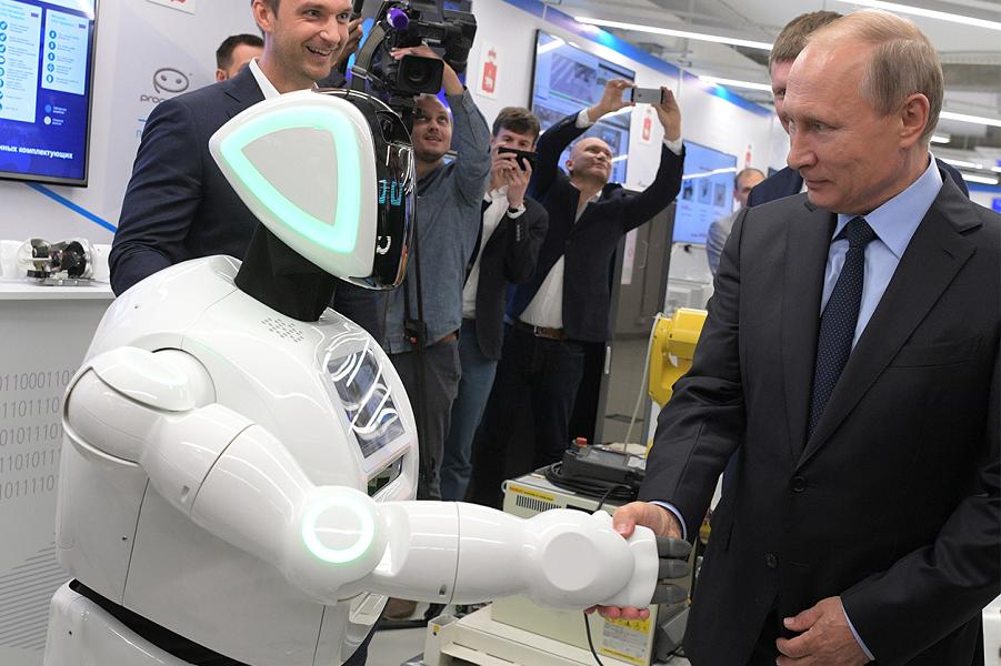 Путин во время посещения экспозиции предприятий малого и среднего бизнеса из сферы цифровой экономики в Перми, 8 сентября 2017 года.png