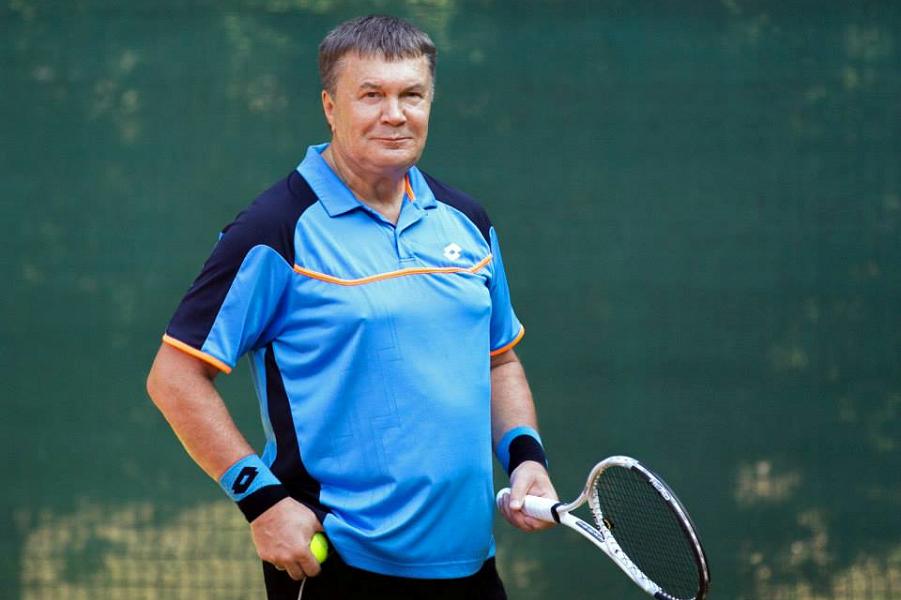 Янукович на корте.png