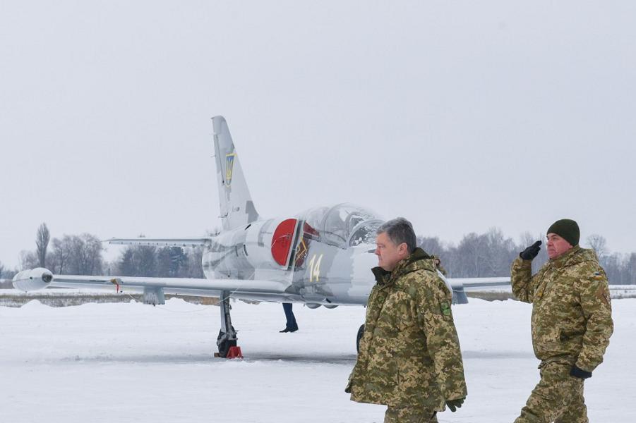 Порошенко на церемонии передачи ВСУ самолетов и вертолетов, 1.12.18.png