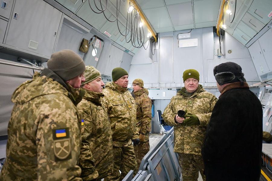 Порошенко на церемонии передачи ВСУ самолетов и вертолетов-3, 1.12.18.png