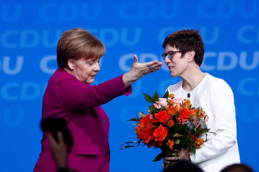 Меркель и Крамп-Карренбауэр.png