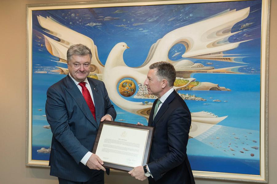Волкер передает Порошенко копию Крымской декларации, подписанную госсекретарем США Майком Помпео, Нью-Йорк, 26.09.18.png