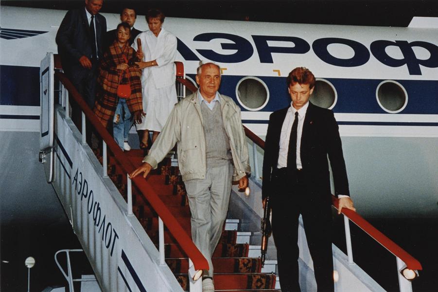 Горбачев прилетел из Фороса.png